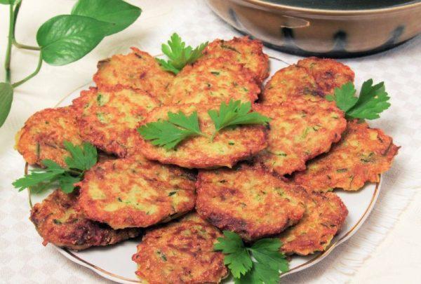 Драники из картофеля и кабачков с листочками свежей зелени