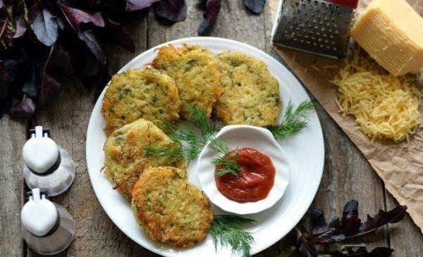 Картофельные драники с кетчупом и свежей зеленью