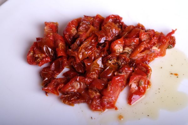 Нарезанный вяленые томаты