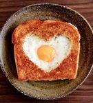 яичница в форме сердечка в хлебе