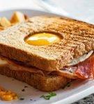 яичница в сендвиче