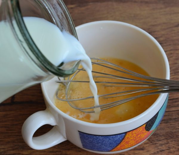 Приготовление яично-молочной заливки для запеканки