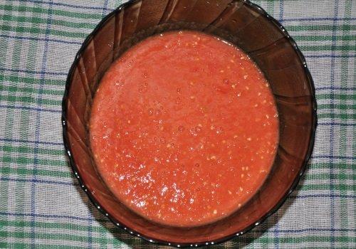 Свежеприготовленное томатное пюре в миске