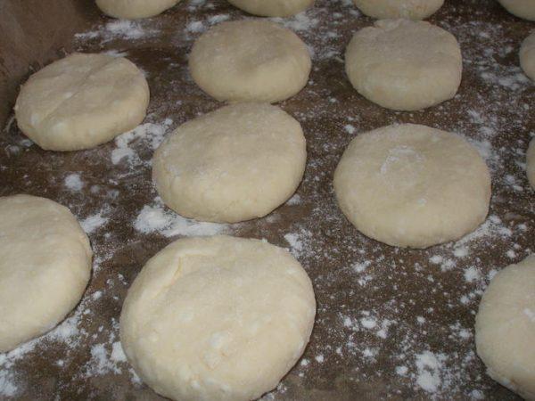 Сырники, подготовленные к выпечке