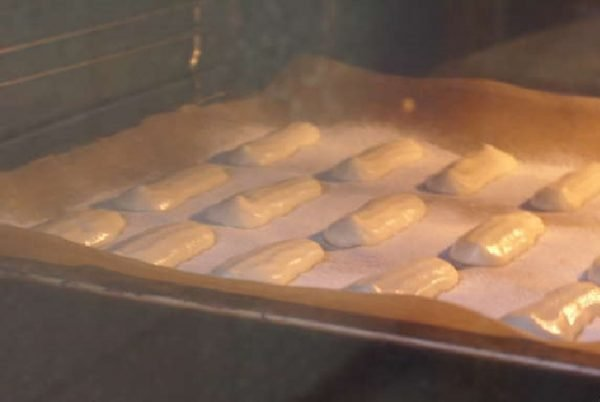 Готовое печенье савоярди на противне