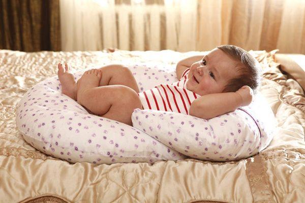 малыш в подушке