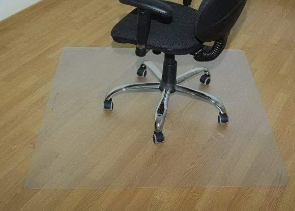 офисный стул с ковриком на ламинатном полу