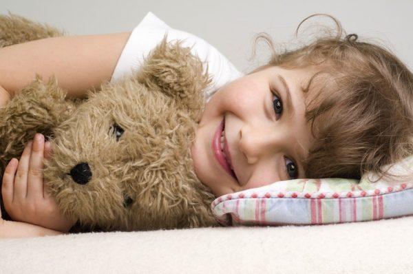 девочка с игрушечным медведем