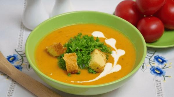 суп с зеленью, сухариками и сметаной
