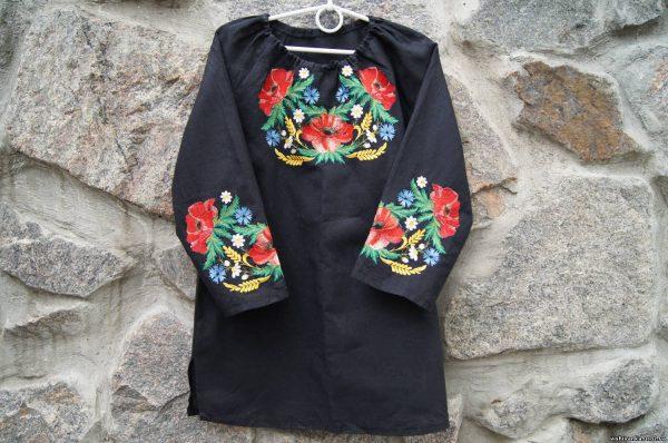 Женская рубашка с рисунками на рукавах и груди