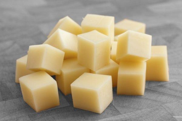 Нарезанный кубиками сыр