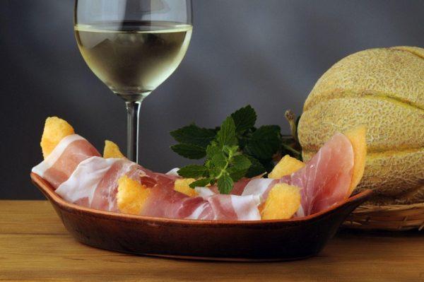 Дыня с пармской ветчиной и бокал вина