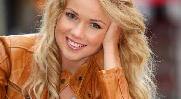 Блондинка в рыжей куртке