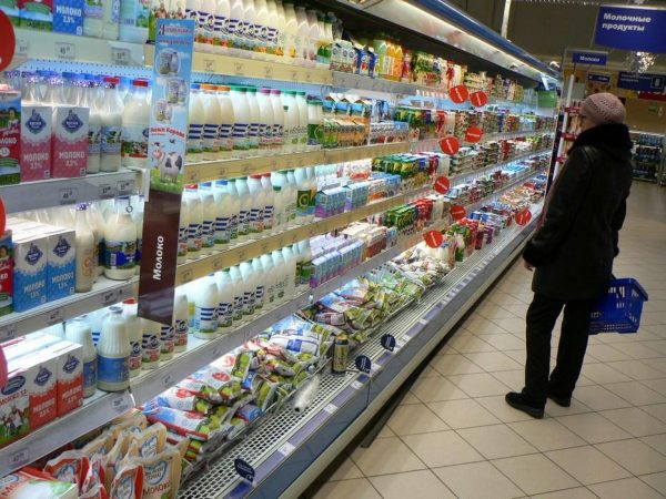 молочный прилавок в супермаркете