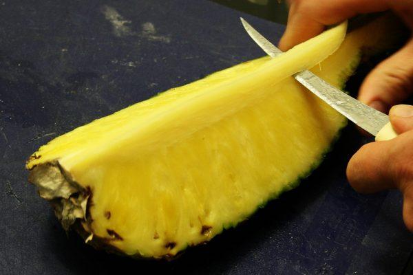 срезание сердцевины ананаса
