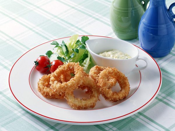 луковые кольца на тарелке