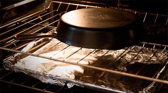 Прокаливание чугунной сковороды в духовке
