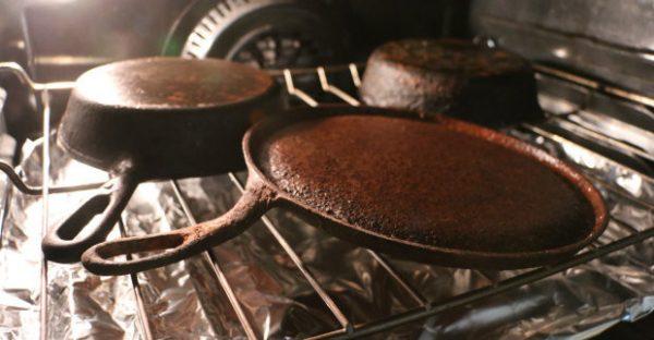 Восстановление старых чугунных сковород: обжиг в духовке