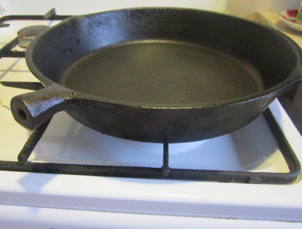 Прокаливание новой чугунной сковороды на плите