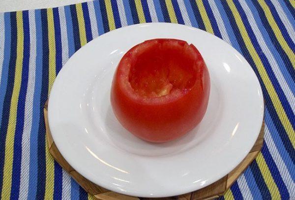 Очищенный от мякоти и семян спелый помидор
