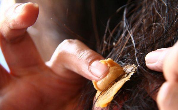 Удаляем жвачку арахисовым маслом