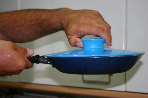 Сковорода, накрытая крышкой