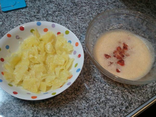 Кусочки готового картофеля и смесь взбитых яиц с чоризо