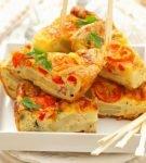 Картофельная тортилья с помидорами и перцем