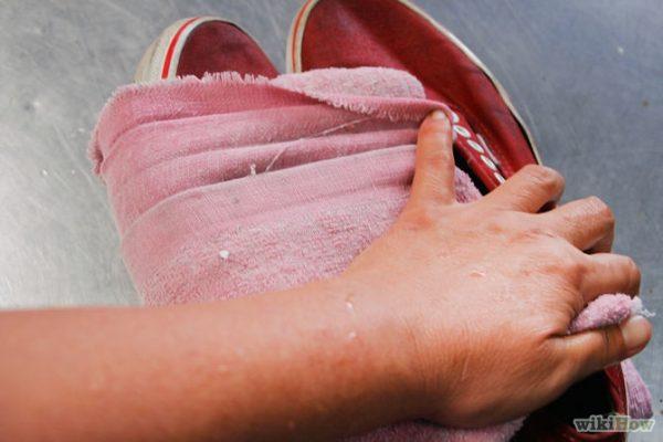 Растяжка обуви при помощи старого полотенца