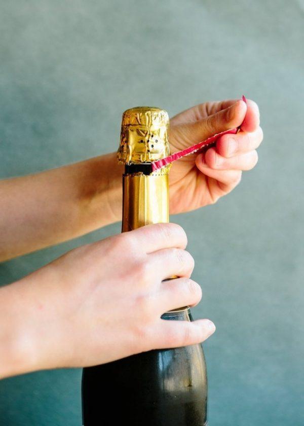 удаление фольги с бутылки шампанского