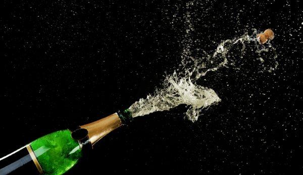 пробка, вылетающая из бутылки шампанского