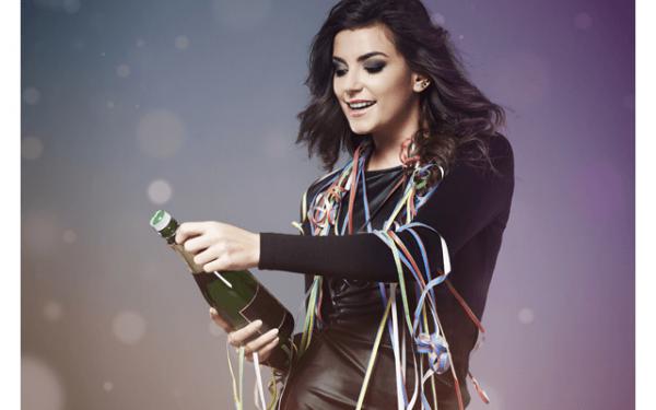 девушка, открывающая шампанское