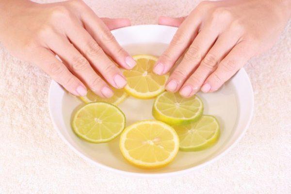 Руки в мисочке с лимонами