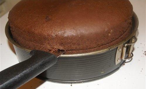 Нарезание бисквита с помощью формы для выпечки
