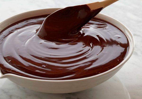 Шоколадная глазурь в миске