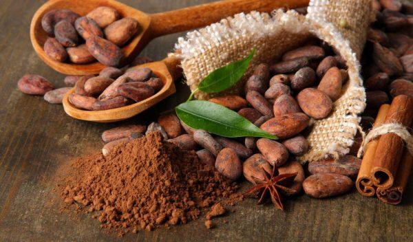 Какао в виде порошка и бобов