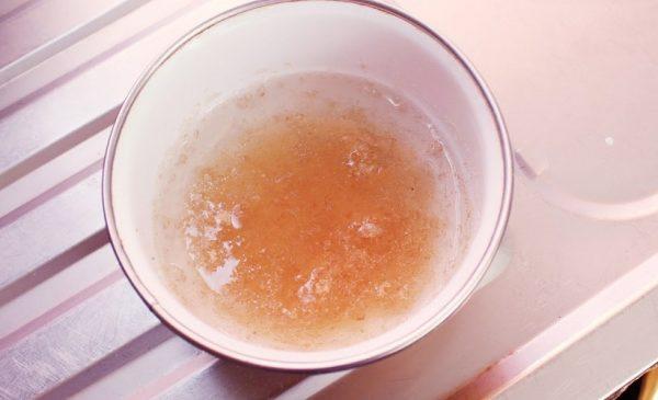 Желатин в стакане с водой