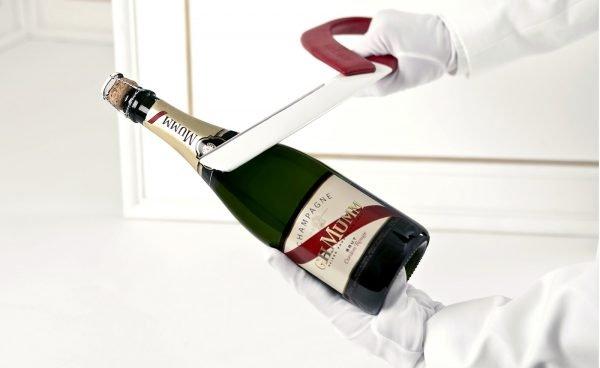 Открытие бутылки шампанского по-гусарски