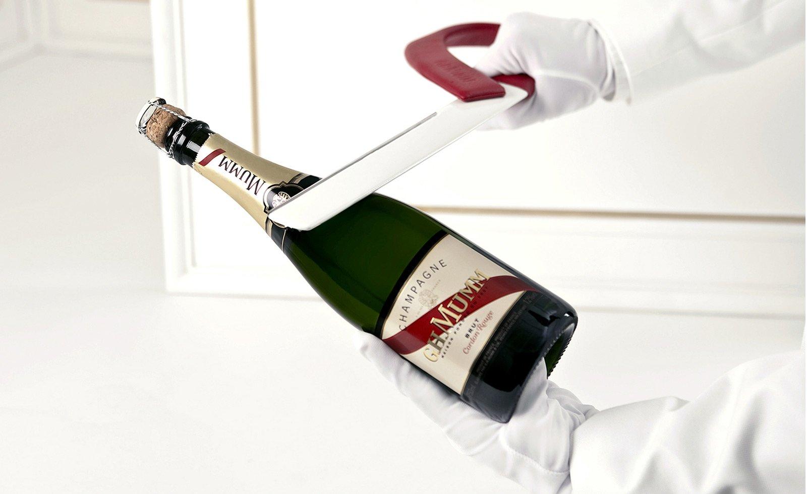 Суёт бутылку от шампанского, Села на бутылку -видео. Смотреть Села на бутылку 18 фотография