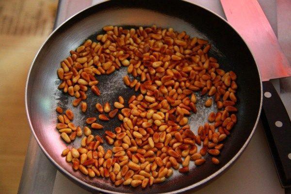Орех на сковороде