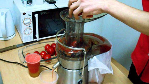 Измельчение помидоров при помощи соковыжималки