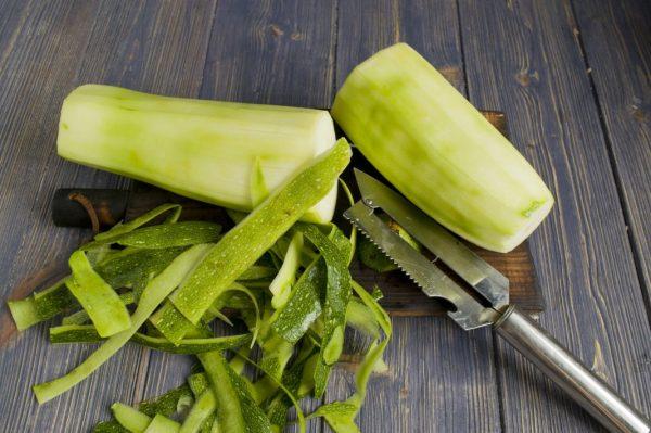 Очищенные кабачки , кожура и овощечистка