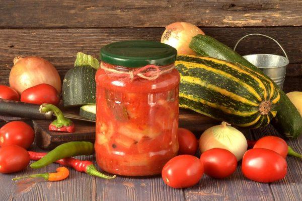 Лечо из кабачков на столе со свежими овощами