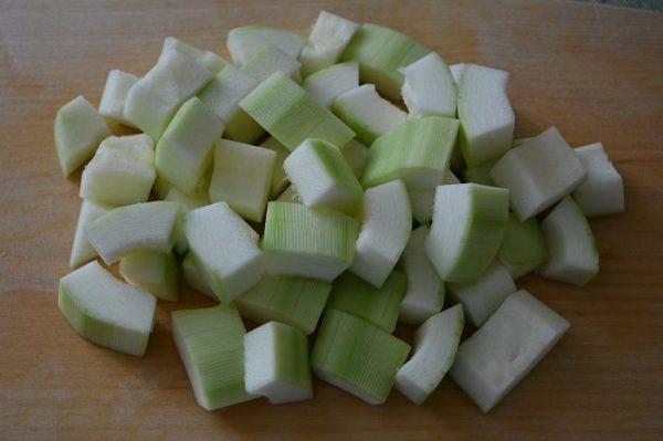 Кабачок без кожуры и семян, нарезанный кубиками