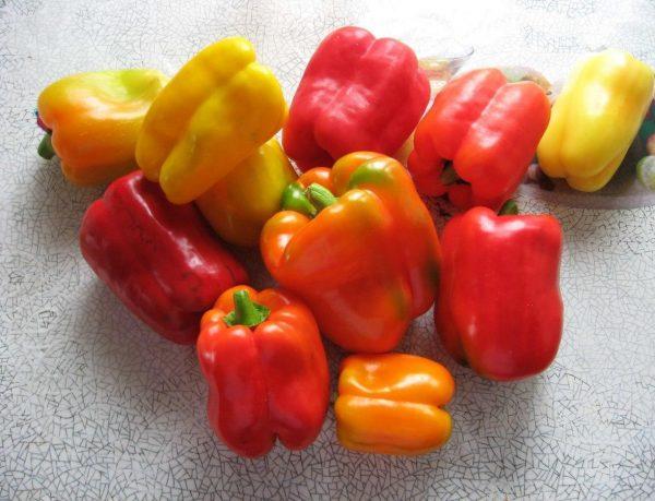 Разноцветные сладкие перцы на столе