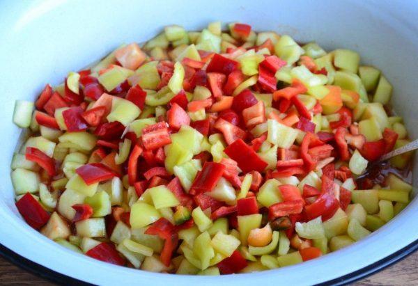 Нарезанные кабачки и сладкий перец в большом тазу для варки