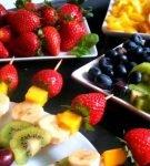 фруктовые канапе и просто кусочки фруктов