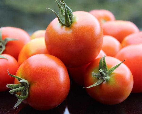 Спелые помидоры на столе