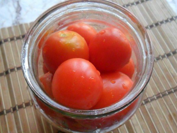 Небольшие помидоры в стеклянной банке
