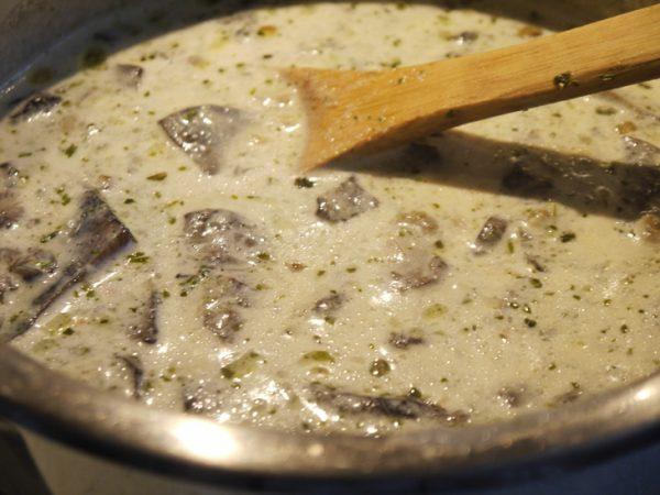 Грибной суп с молоком и плавленым сыром в металлической кастрюле
